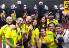 Terceiro da esquerda para a direita, Marcio Soares faz questão de mostrar todo o time do estande Banana Geek no AF 2018.